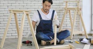 Homem asiático novo do carpinteiro filme