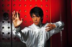 Homem asiático novo na roupa tradicional imagem de stock royalty free