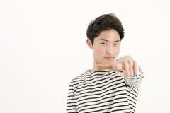 Homem asiático novo que aponta em você Imagens de Stock Royalty Free