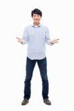 Homem asiático novo que mostra o sinal de boas-vindas. Imagem de Stock