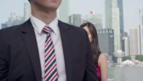 Homem asiático que anda longe de um argumento vídeos de arquivo