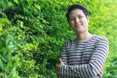 Homem asiático que está e que mostra seu sorriso feliz fotografia de stock royalty free
