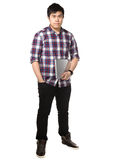 Homem asiático que guarda o laptop Imagens de Stock Royalty Free