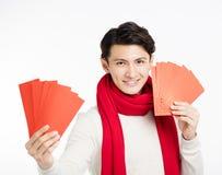 Homem asiático que mostra o envelope vermelho Imagens de Stock Royalty Free