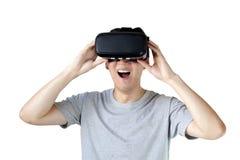 Homem asiático que veste óculos de proteção de VR e que imerge-se em multimédios de VR Imagens de Stock Royalty Free