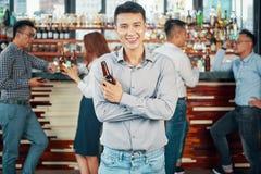 Homem asiático satisfeito com cerveja no bar imagens de stock
