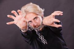 Homem assustado com mãos acorrentadas, nenhuma liberdade Foto de Stock Royalty Free
