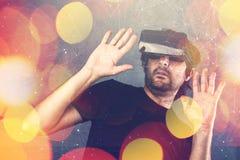 Homem assustado com os óculos de proteção da realidade virtual Foto de Stock Royalty Free