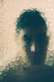 Homem assustador atrás do vidro fotos de stock