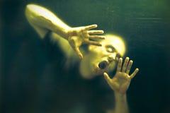 Homem assustador do zombi do vivo imagem de stock