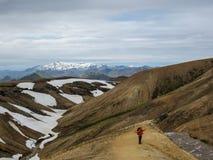 Homem ativo feliz que caminha nas montanhas com trouxa pesada e os braços largamente abertos Conceito da aventura do desejo por v foto de stock royalty free
