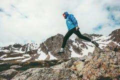 Homem ativo que corre no estilo de vida saudável da aventura do curso das montanhas imagens de stock royalty free