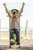 Homem ativo que exercita na imprensa da caixa exterior imagem de stock royalty free