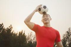 Homem atlético com bola de futebol imagem de stock