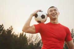 Homem atlético com bola de futebol fotos de stock royalty free