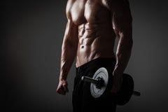 Homem atlético com pesos imagens de stock