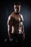 Homem atlético com pesos fotos de stock