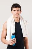 Homem atlético de sorriso com bebida da energia imagens de stock