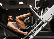 Homem atlético do halterofilismo no pé do gym Imagens de Stock Royalty Free