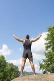Homem atlético do vencedor que faz o gesto do victore, exterior fotos de stock royalty free