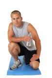 Homem atlético em uma água bebendo da esteira do exercício fotos de stock royalty free