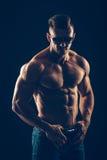 Homem atlético forte nos óculos de sol no preto fotografia de stock