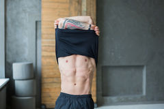 Homem atlético muscular que mostra o torso despido foto de stock