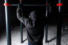 Homem atlético na barra horizontal fotografia de stock