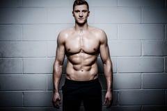 Homem atlético no estúdio do Gym fotografia de stock royalty free
