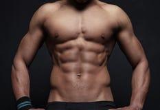 Homem atlético no fundo preto fotos de stock
