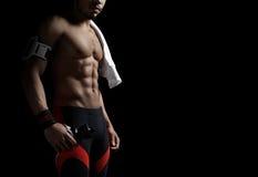 Homem atlético no fundo preto imagem de stock