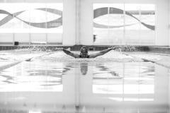 Homem atlético novo com Fotos de Stock Royalty Free