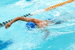 Homem atlético novo com técnica da natação Imagens de Stock Royalty Free