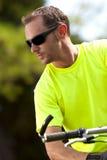 Homem atlético novo na bicicleta imagem de stock