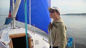 Homem atlético novo no iate da navigação, esportes extremos, resto ativo filme