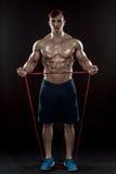 Homem atlético novo que exercita e que faz a aptidão foto de stock