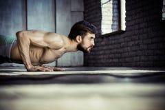 Homem atlético novo que faz impulso-UPS imagem de stock royalty free