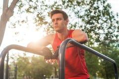 Homem atlético novo que toma uma ruptura durante dar certo exterior Foto de Stock Royalty Free