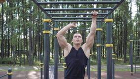 Homem atlético que faz o exercício exterior workout Treinamento da rua e atividade física video estoque