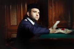 Homem atrás da pena da escrita da mesa Imagens de Stock Royalty Free