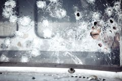 Homem atrás de vidro quebrado fotografia de stock