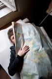 Homem atrás do mapa do russo Imagens de Stock