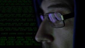Homem atrás do monitor do computador Vidros do crime do hacker da reflexão do apego do Internet que consultam o Cyber tardio do c video estoque