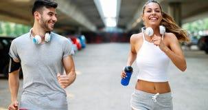 Homem atrativo e mulher bonita que movimentam-se junto Fotografia de Stock Royalty Free