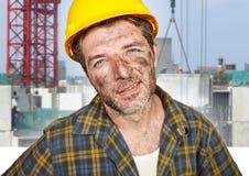 Homem atrativo e seguro novo do contratante ou do trabalhador da construção com o capacete de segurança do construtor que levanta imagem de stock