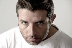 Homem atrativo novo com os olhos azuis que olham irritados e loucos na emoção e na virada da raiva Fotografia de Stock