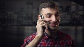Homem atrativo novo de Lumbersexual que fala pelo telefone vídeos de arquivo
