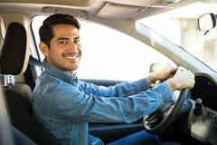 Homem atrativo que conduz um carro imagem de stock