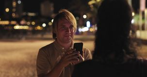 Homem atrativo que fotografa a mulher com cabelo preto longo filme