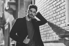Homem atrativo que veste o terno elegante britânico na rua moder fotos de stock royalty free